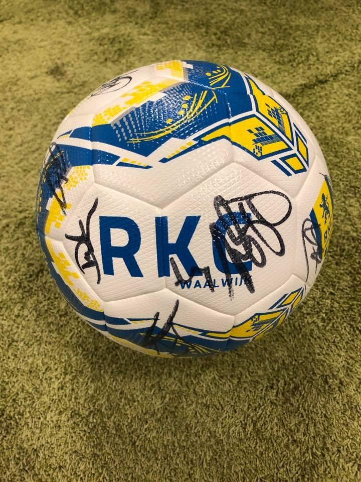 db: WIN een gesigneerde RKC voetbal