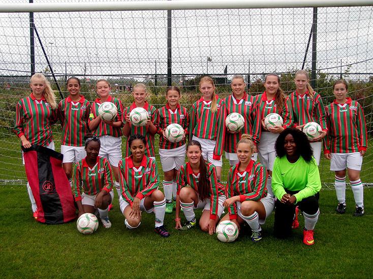 Groepsfoto DSO CM1 met db voetballen.