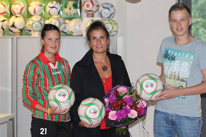 DSO Voetballen werden overhandigd.
